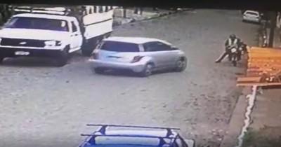 Video: Joven atropelló a motochorros que lo habían asaltado