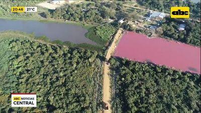 Laguna de dos colores por contaminación en Limpio