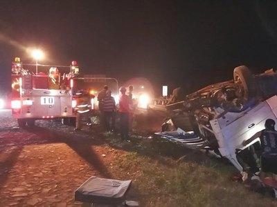 Feroz camión se reventó por un tractor y tumbó