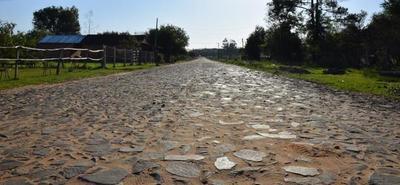 Concluye construcción de empedrado que une a barrios de Ayolas