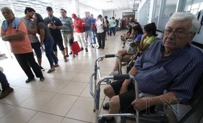 HOY / Pacientes rechazan reglamento de vestimenta para entrar al IPS