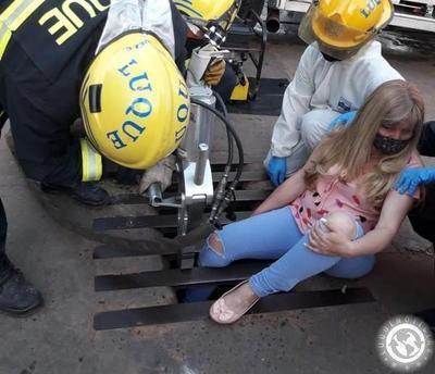 Mujer quedó atrapada en registro pluvial • Luque Noticias
