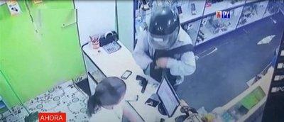 Delincuente armado asalta local de venta de celulares