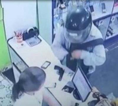 Asalto nuestro de cada día: Delincuente armado roba celulares y dinero