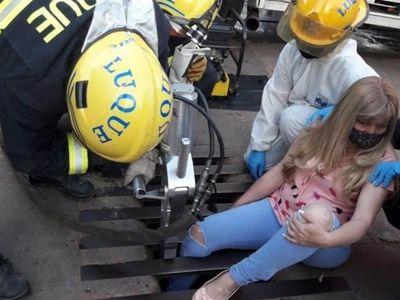 Otra víctima: Una mujer quedó atrapada entre los hierros de un registro de desagüe