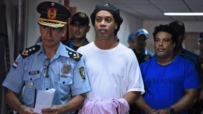 HOY / Ronaldinho podría recuperar su liberad, la fiscalía pidió suspensión de la condena