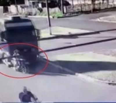 Mujer fallece al ser arrollada por un tractocamión