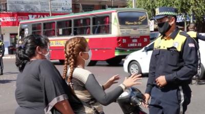 HOY / Municipalidad de Luque controla uso de casos y tapabocas a motociclistas
