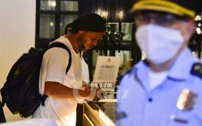 Fiscalía pide suspender proceso a Ronaldinho por documentos falsos