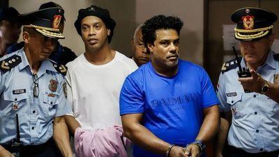 Ronaldinho y su hermano pagarían USD 200.000 para poder regresar a Brasil