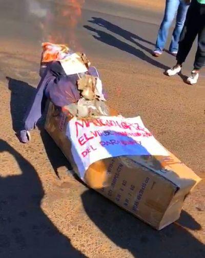 """""""Maligno López"""", incinerado por trabajadores de salud en Ciudad del Este"""