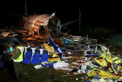 Ascienden a 17 muertos y decenas de heridos tras accidente de avión en India