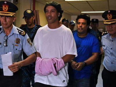 Fiscalía pide suspender la causa a Ronaldinho y que done USD 90.000