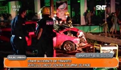 Automóvil impactó contra columna de la ANDE y dejó sin luz a un barrio