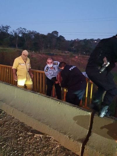 Policía rescata a joven que intentó tirarse del Puente Cavalcanti