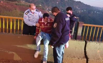 Policía salva a joven que pretendía saltar desde el Costa Cavalcanti