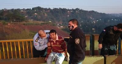 Policía salva a joven que quiso lanzarse de puente, agobiado por la crisis económica