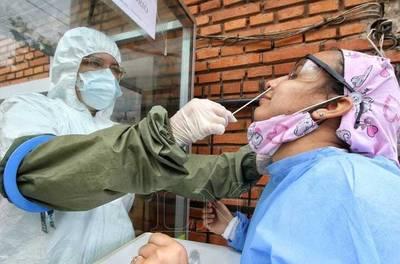 Covid-19: Presentan síntomas, agendaron el hisopado y les dicen que no hay insumos