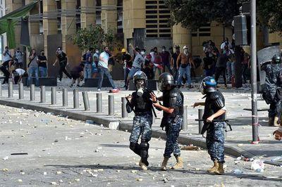 Un policía muerto y 172 personas heridas en violentas protestas en Beirut