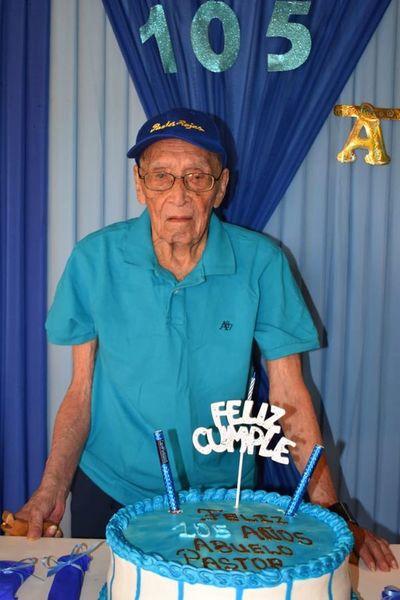 Ex combatiente celebra sus 105 años cantando y emocionado