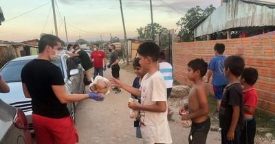 """Jóvenes realizan colecta de golosinas para """"festejar"""" el Día del Niño en el Bañado"""