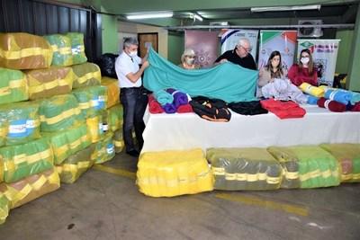 Niños y adolescentes en situación de vulnerabilidad reciben abrigos y frazadas
