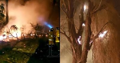 Bomberos logran controlar incendio que consumió dos baldíos en Lambaré