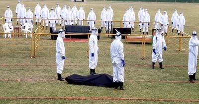 Militares practican el protocolo para los fallecidos de covid-19