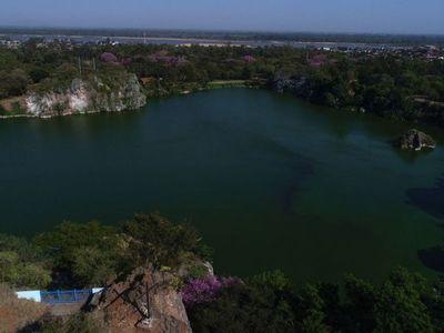 Imponente laguna  en barrio Tacumbú rodeada de basura