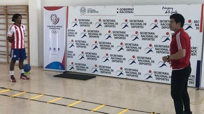 Campeón mundial de fútbol indígena instruye clases de deporte virtual