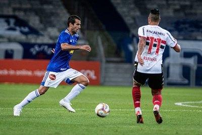 Raúl Cáceres asistió y fue el mejor del Cruzeiro en el debut en la Serie B