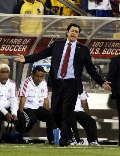 Chivas de Guadalajara despide a DT Tena en México