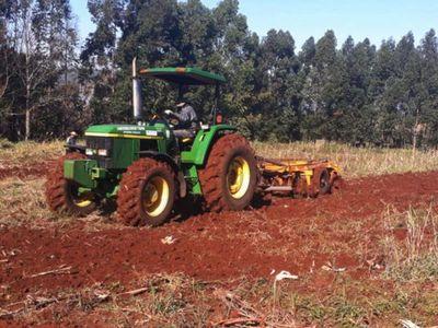 Benefician a pequeños productores de Itapúa en la preparación de suelo