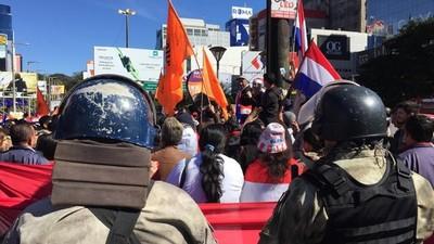 """Manifestación """"GOLPEA"""" al comercio de CDE"""
