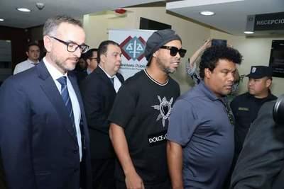 Citan a Ronaldinho para su audiencia preliminar