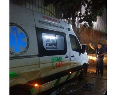 En plena pandemia, ambulancias son desinfectadas apenas con agua