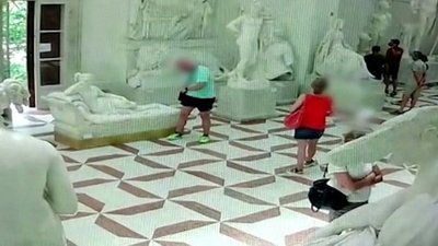 Italia: Un turista rompió parte de una escultura de 200 años por posar para una foto