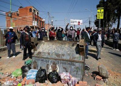 Bloqueo de carreteras agudiza crisis sanitaria y amenaza con provocar convulsión social en Bolivia