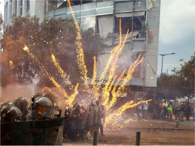 Gobierno libanés renuncia en medio de violentas protestas en Beirut
