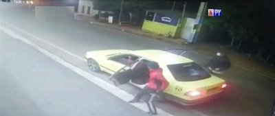 Pareja de asaltantes utiliza taxi para cometer sus atracos