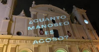 Protestan contra cura absuelto con mensajes contra acoso sexual en la Catedral