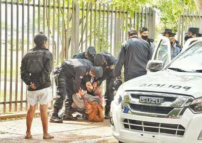 Detienen a dos estudiantes universitarias tras intentar encadenarse frente al Congreso Nacional