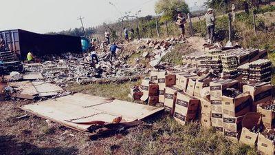 Camión volcó y su carga de cerveza se dispersó sobre la ruta Paraguarí-Villarrica