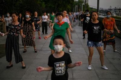 En Wuhan dejan de usar mascarillas