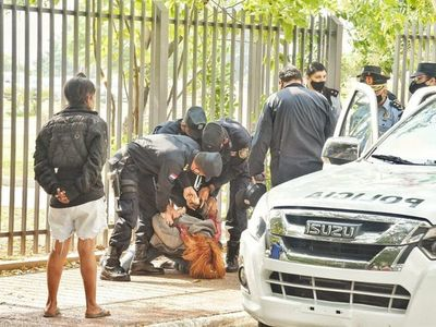 Universitarias lamentan violencia policial tras intentar encadenarse