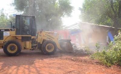 Comuna recupera espacio público para seguir con obras de la costanera