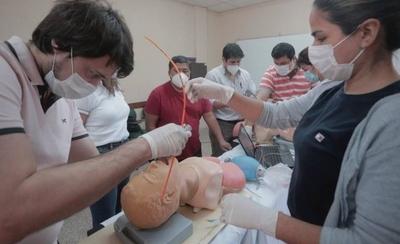 HOY / Culmina capacitación de 74 enfermeros para asistir en área de cuidados intensivos