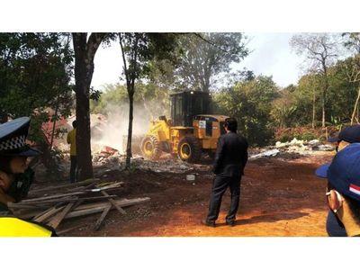 Derriban construcciones irregulares en  franja de protección del  Acaray