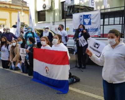 """Enfermeros se manifiestan, """"estamos olvidados por el Gobierno"""""""