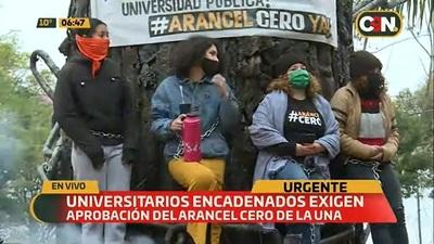 Universitarios se encadenan frente al Congreso exigiendo Arancel Cero